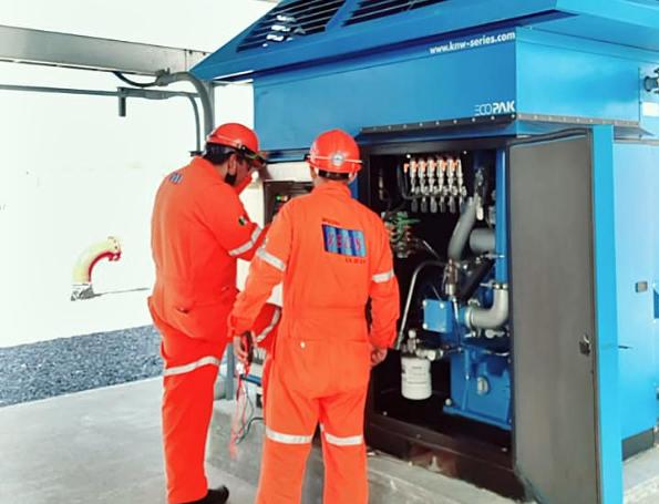 Técnicos dando servicio a Compresor
