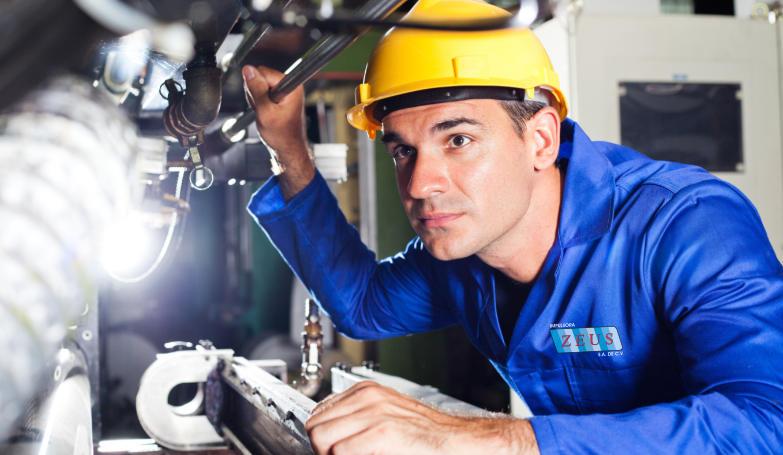 Técnico repararando maquinaria